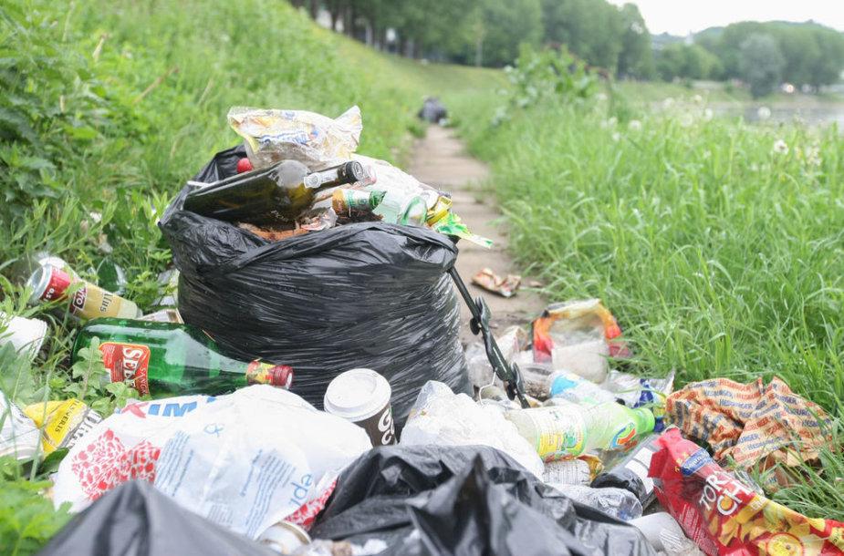 Šiukšlių maišai nugulė pakrantę šalia Žaliojo tilto
