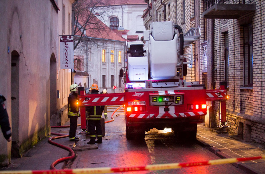 Pranciškonų gatvėje iš 4 aukštų gyvenamojo namo pastogės veržiasi dūmai