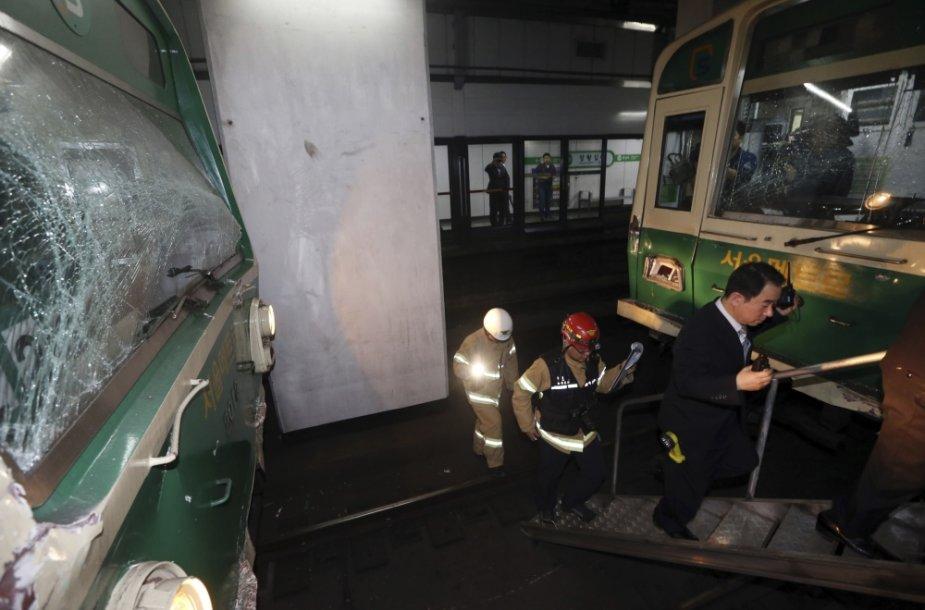 Pietų Korėjos sostinėje Seule vienoje stotyje susidūrė du metropoliteno traukiniai
