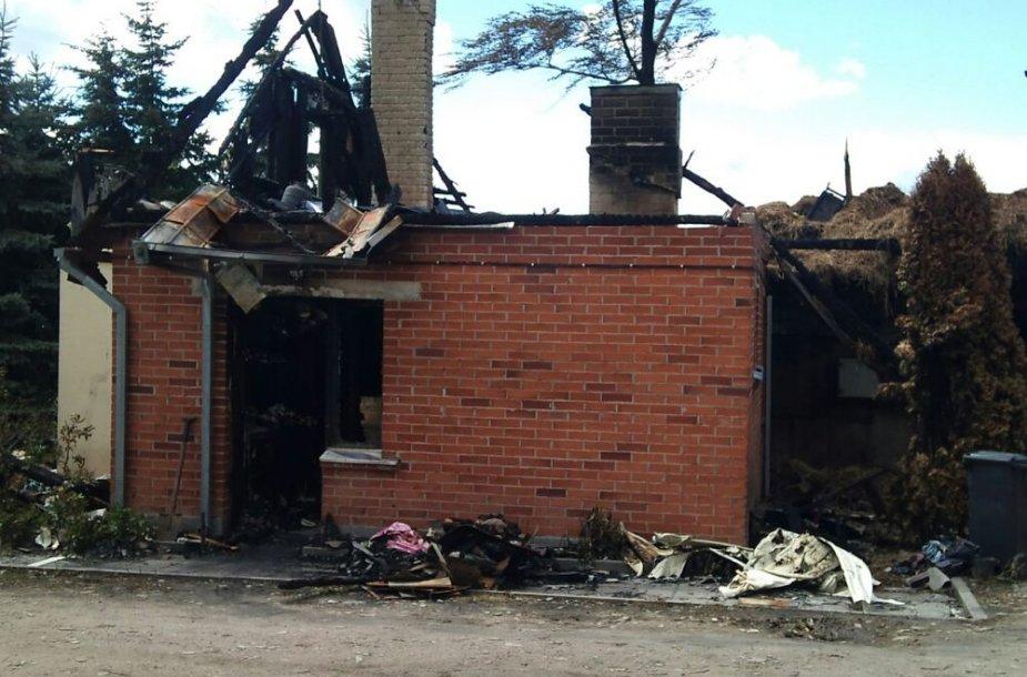 Sudegęs pastatas praėjus kelioms dienoms po gaisro