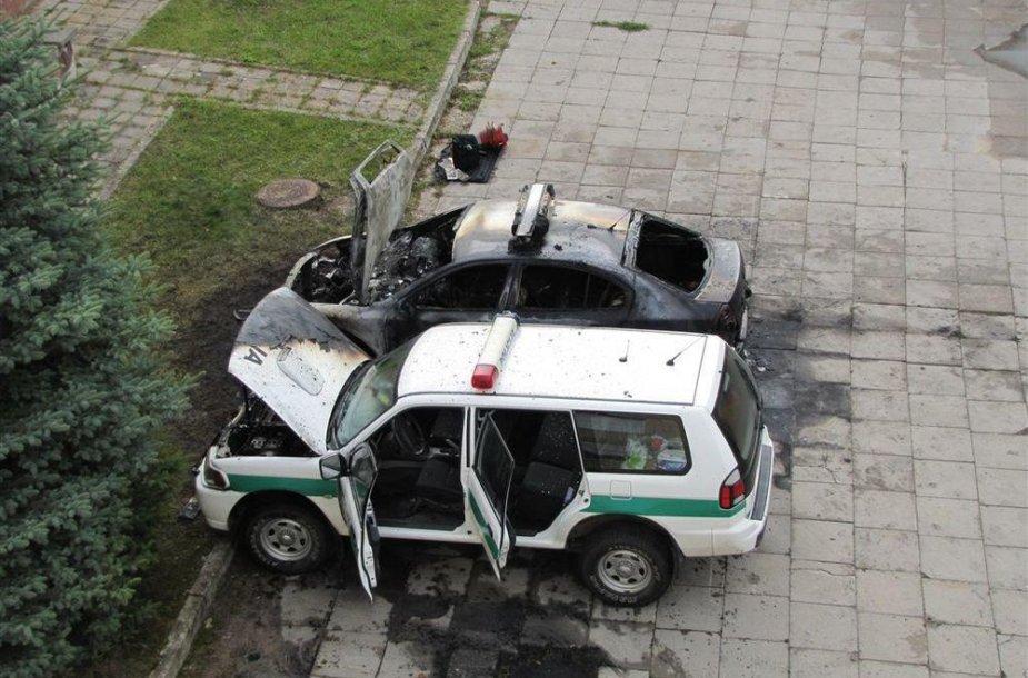 Sudeginti policijos automobiliai