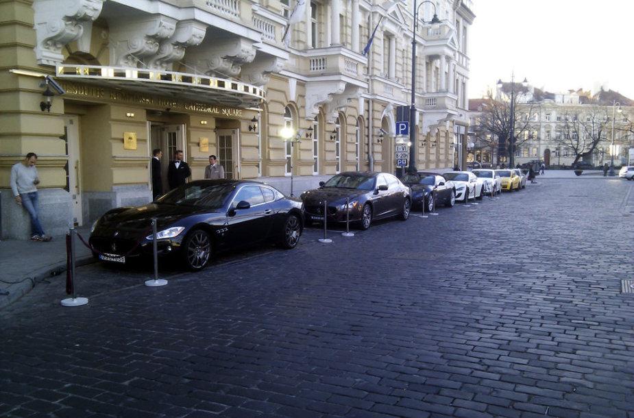 """""""Maserati"""" automobiliai prie """"Kempinski"""" viešbučio"""