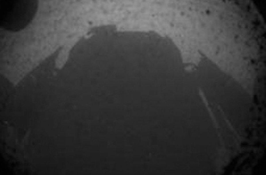 """""""Curiosity"""" roboto šešėlis ant Marso paviršiaus"""