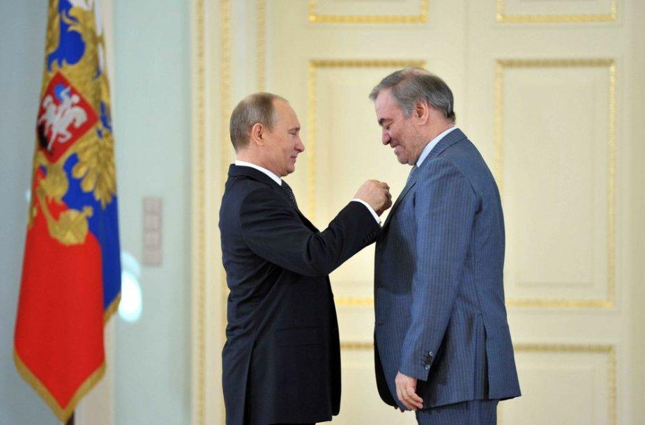 Vladimiras Putinas įteikia Darbo didvyrio apdovanojimą Valerijui Gergijevui.