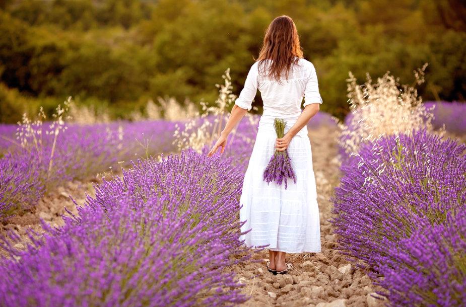 Viena moteris eina lauku.