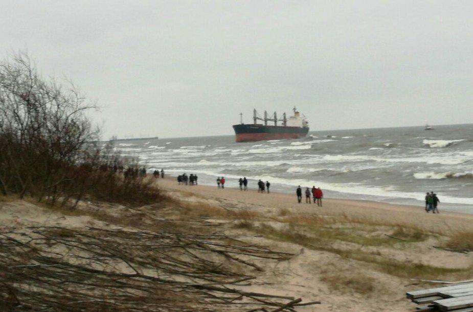 """Būrys smalsuolių, susirinko pažiūrėti įstrigusio """"Ocean Crown"""" laivo"""