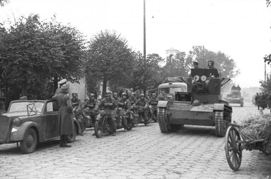 Vokiečių motociklininkai ir sovietų tankistai Brest-Litovske 1939 m. rugsėjį