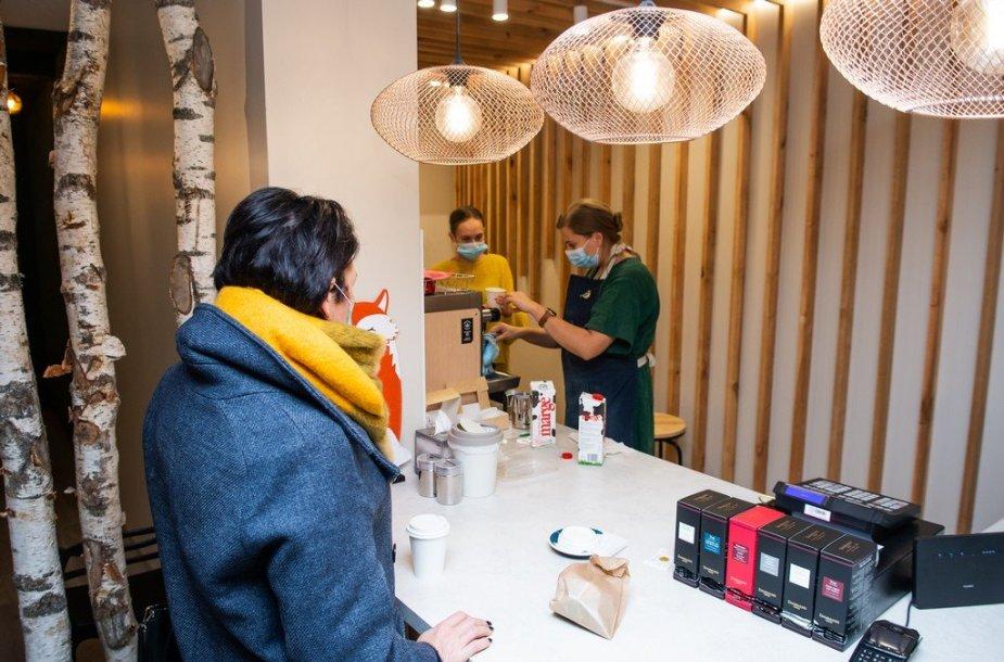 """Jauna pora įgyvendino savo svajonę: Velžyje atidarė kavinę """"Lapė medyje"""""""