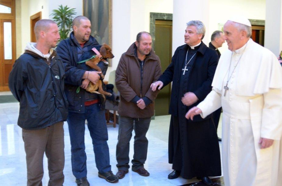 Popiežius Pranciškus ir trys benamiai