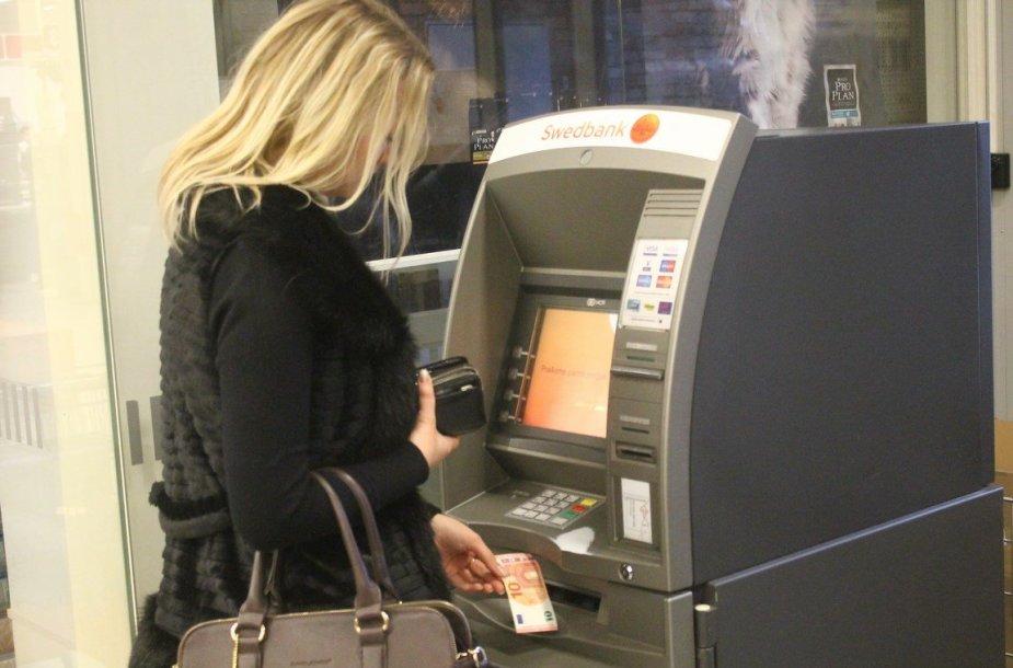 Panevėžietė iš bankomato ima eurus