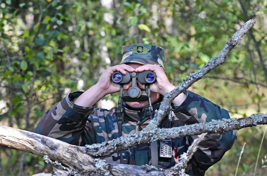 Pasieniečių patrulis stebi aplinką