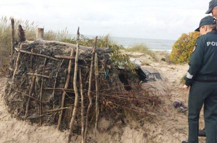 Bausmės vengiantis mažeikiškis įsikūrė bakūžėje ant jūros kranto