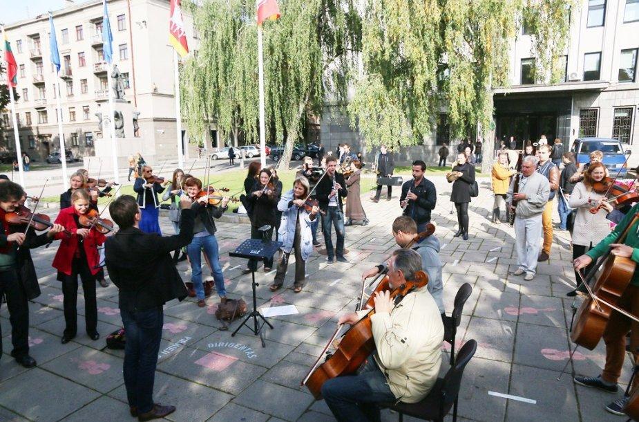 Dešimtąjį sezoną pradedantis Kauno miesto simfoninis orkestras šį pirmadienį surengė improvizuotą flashmob akciją.