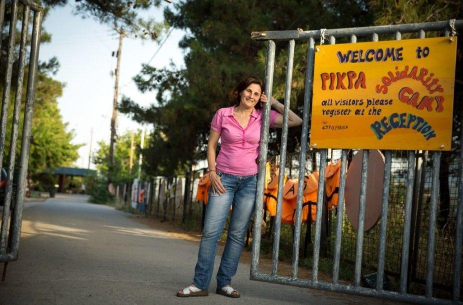 """Efi Latsoudi stovi prie jos iniciatyva įkurto """"PIKPA kaimelio"""" pabėgėliams vartų"""