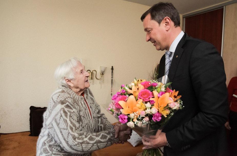 Šimtametė Juzė Mikutavičienė su Artūru Zuoku