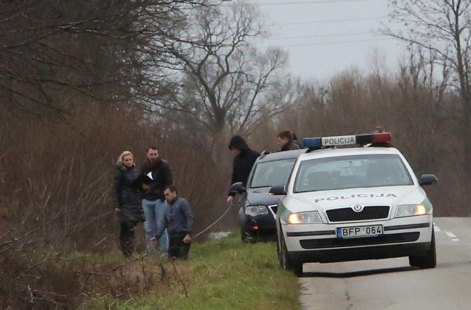 Parodymų patikrinimas įvykio vietoje: įtariamasis V.Jankauskas laikomas grandine.