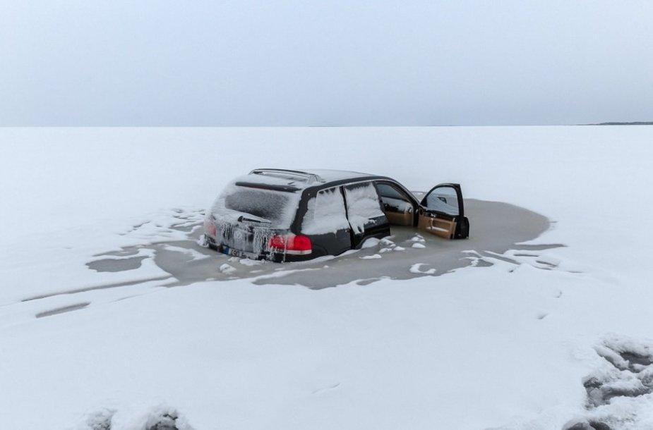 Baltijos jūroje prie Rohukiulos įlūžęs visureigis