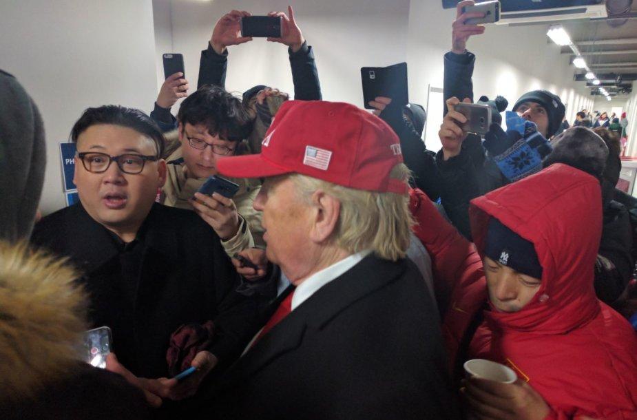 Netikri: Donaldas Trumpas ir Kim Jung Unas pasirodė olimpiniame Pjončango stadione.