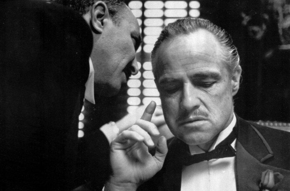 """Aktorius Marlonas Brando (dešinėje) 1972-ųjų filme """"Krikštatėvis"""""""