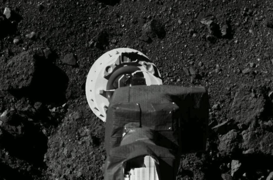 """NASA kibernetinis zondas """"Osiris-Rex"""" ima mėginį"""