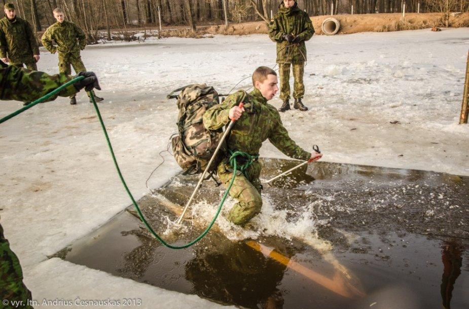 Karo akademijos kariūnai save išbandė ir lediniame vandenyje.