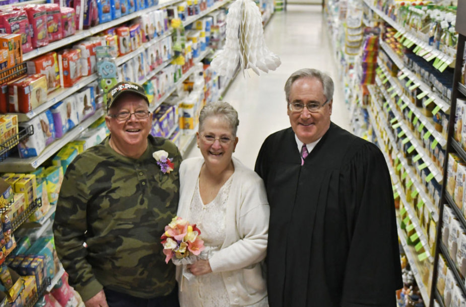 69 metų Larry Spieringasir 61 metų Becky Smith vestuvės