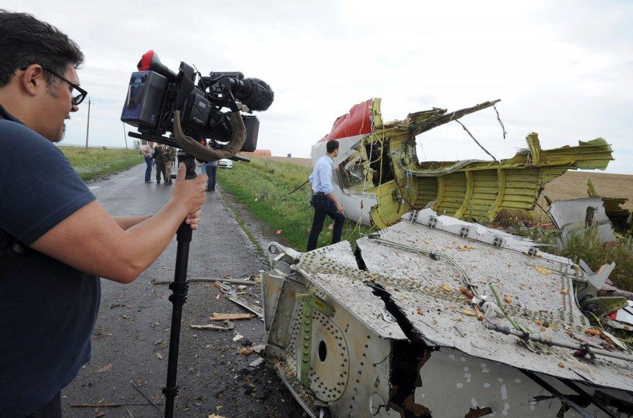 """Žurnalistas filmuoja """"Malaysia Airlines"""" lainerio katastrofos vietoje Donbase"""