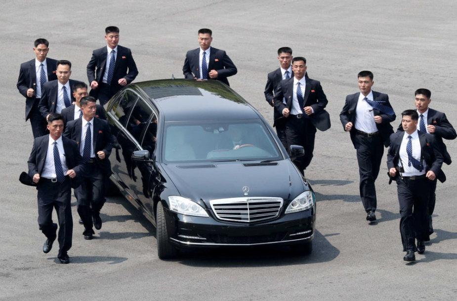 Kim Jong Uno automobilis ir jį lydinti apsauga