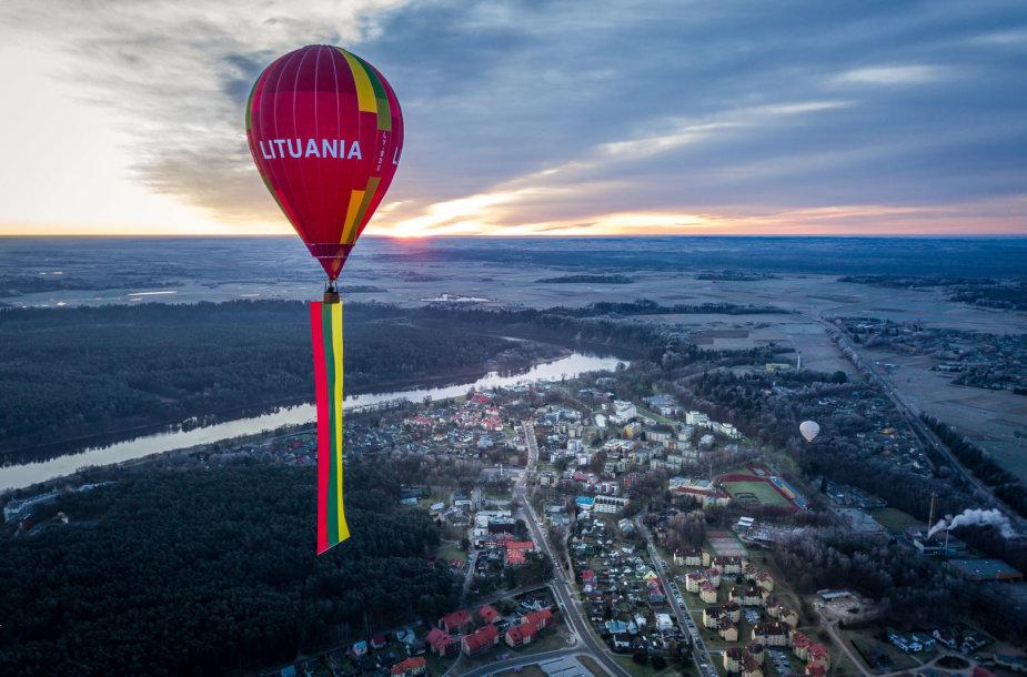 Lietuviškumo metus Birštonas pasitiko oro balionu iškėlęs milžinišką Trispalvę