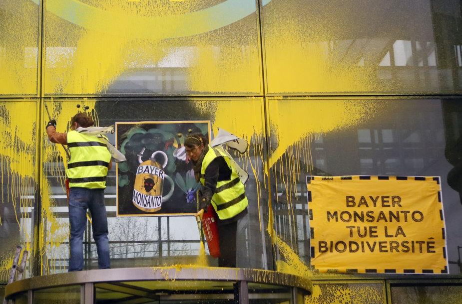 """Aktyvistai dažais apipurškė """"Bayer"""" pastatą Paryžiuje"""