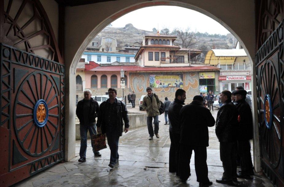 Krymo totoriai išeina iš mečetės Bachčysarajuje