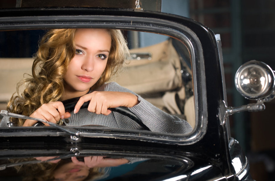 Mergina prie vairo