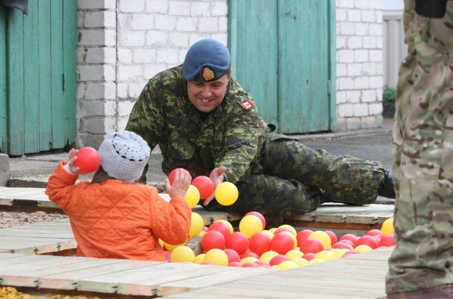 NATO kariai Šiaulių kūdikių namams padovanojo pavėsinę