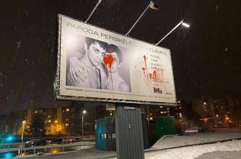 """Sugadintas """"MO muziejaus"""" plakatas"""