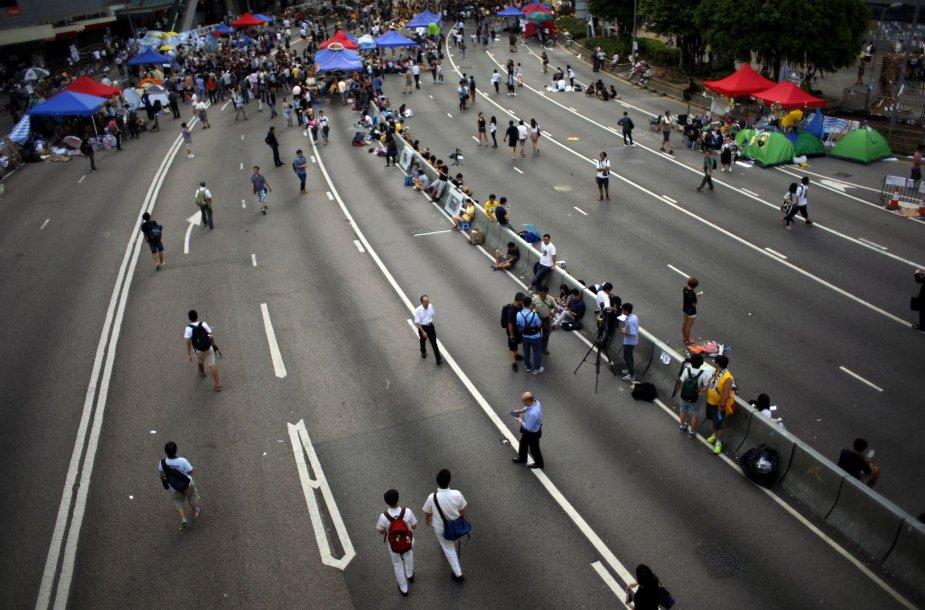 Honkongo gatvė, kurioje buvos susirinkę tūkstančiai protestuotojų.