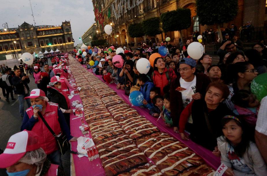 Meksiko gyventojai pasirengę ragauti milžinišką pyragą.