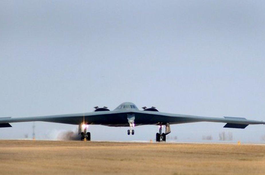 """Iš Libijos grįžęs JAV """"B-2 Spirit"""" bombonešis"""