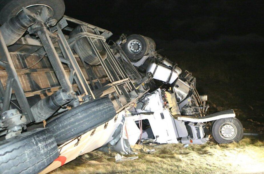 Nakties avarija ties Kryžkalniu: baltarusio vilkikas pateko į plikledžio spąstus 2015 m. sausio 04 d.