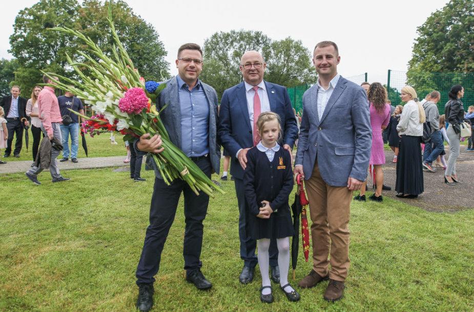 Anūkę į mokyklą Rugsėjo 1-ąją atlydėjęs Visvaldas Matijošaitis