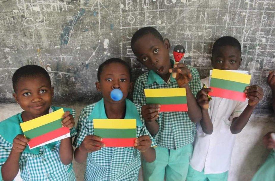 Globos namuose augantys vaikai Ganoje.