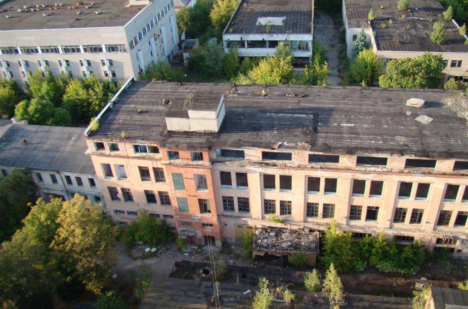 Suplanuoti griauti pastatai yra avarinės būklės, o gruntas po jais – užterštas