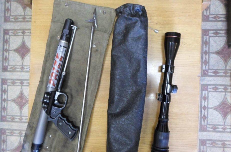 ovandeninis šautuvas su metaline strėle ir optiniu taikikliu