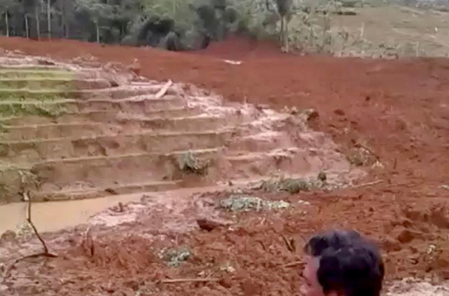 Indonezijoje nuslinkus žemės nuošliaužai žuvo mažiausiai 5 žmonės