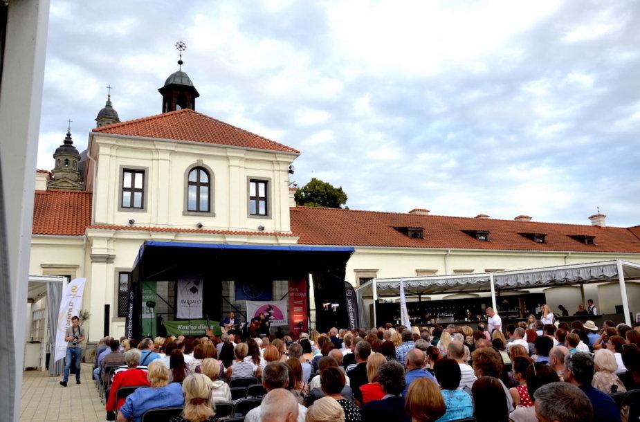 """Septintasis ciklo """"Pažaislio liepų alėjos vakarai"""" koncertas buvo skirtas artėjančiam jubiliejiniam Nacionaliniam bardų festivaliui """"Purpurinis vakaras"""""""