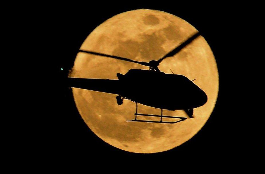 Sraigtasparnis Mėnulio fone