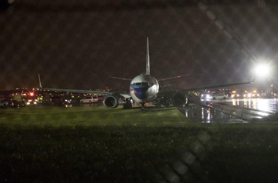 MPence'o lėktuvas nuslydo nuo tako