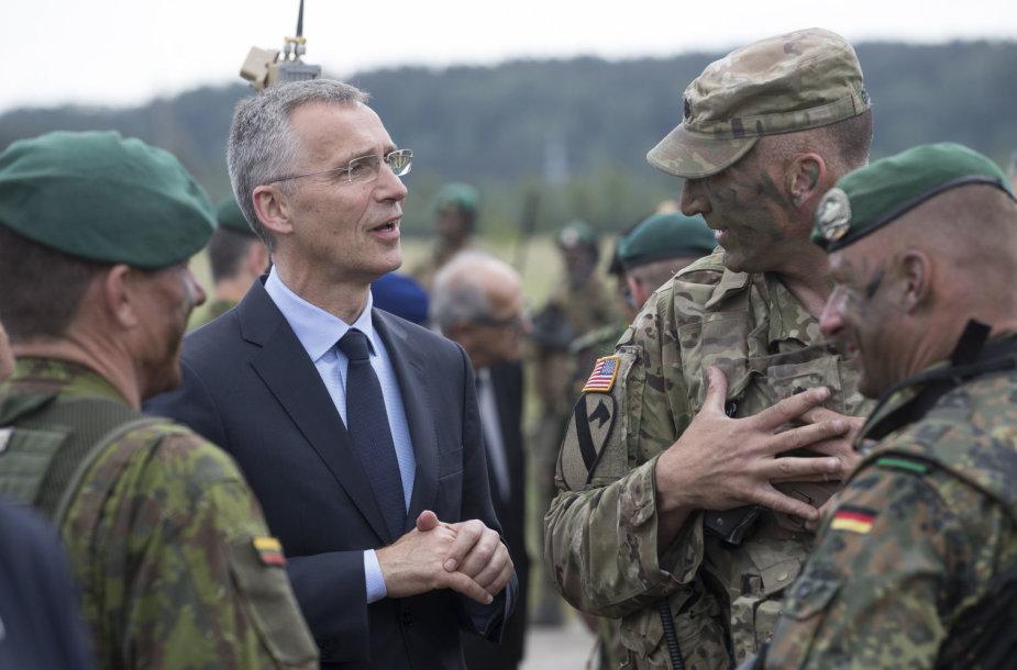 NATO generalinis sekretorius Jensas Stoltenbergas su JAV ir Lietuvos kariais