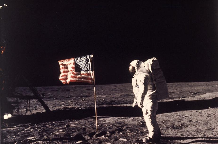 Buzzas Aldrinas pozuoja Mėnulio paviršiuje greta Jungtinių Amerikos Valstijų vėliavos