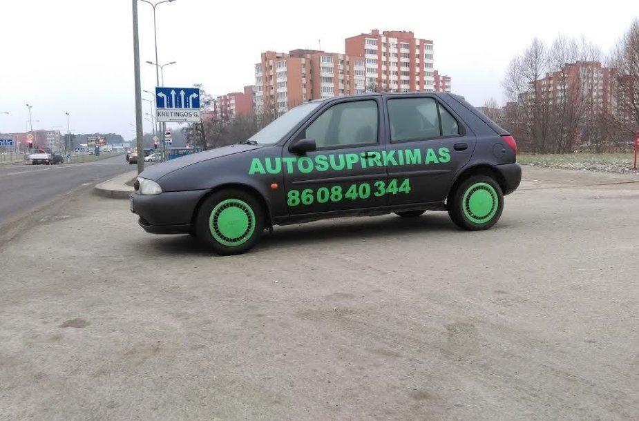 Klaipėdos Šiaurės prospekte neseniai pastatyta dar viena reklamomis apklijuota mašina mieste.
