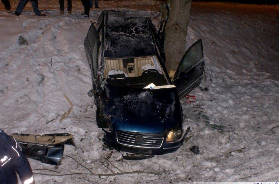 Lietuvio vairuojamas automobilis Lenkijoje nuskriejo nuo kelio ir trenkėsi į medį